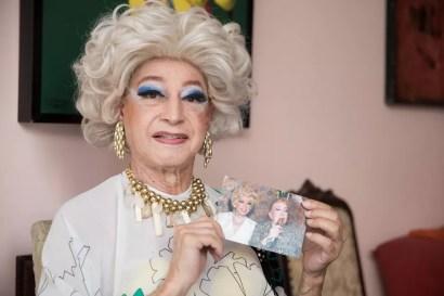 A drag queen MIss Biá mostra uma foto sua ao lado de Rogéria  — Foto: Celso Tavares/G1