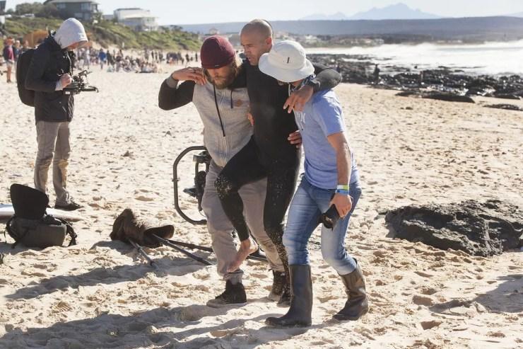 Kelly Slater sai carregado após se lesionar no free surf na etapa de J-Bay no Mundial de Surfe (Foto: WSL / Sherman)