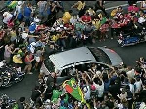 GNews - Multidão toca o Papa Francisco (Foto: GloboNews)