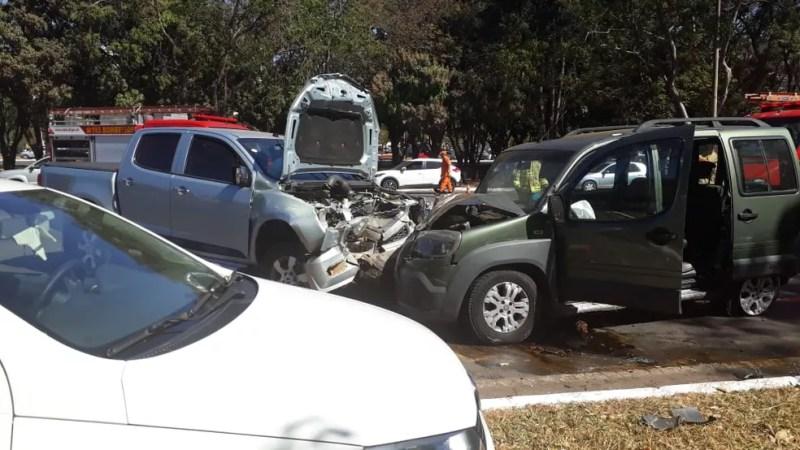 Acidente entre cinco carros fecha Eixão Norte, em Brasília  — Foto: Corpo de Bombeiros do DF/Divulgação