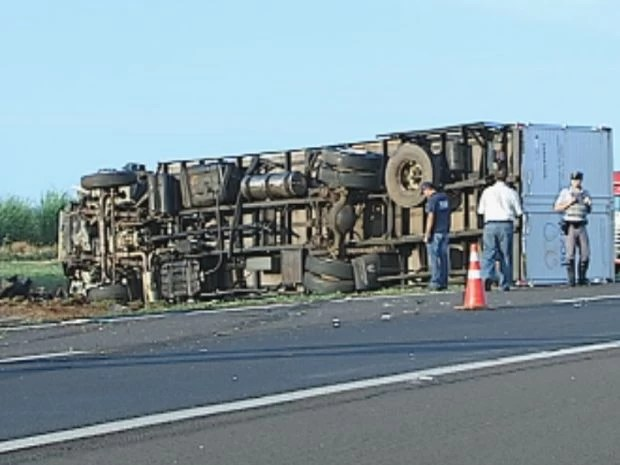 Caminhão tombou após bater de frente com o veículo  (Foto: reprodução/TV Tem)