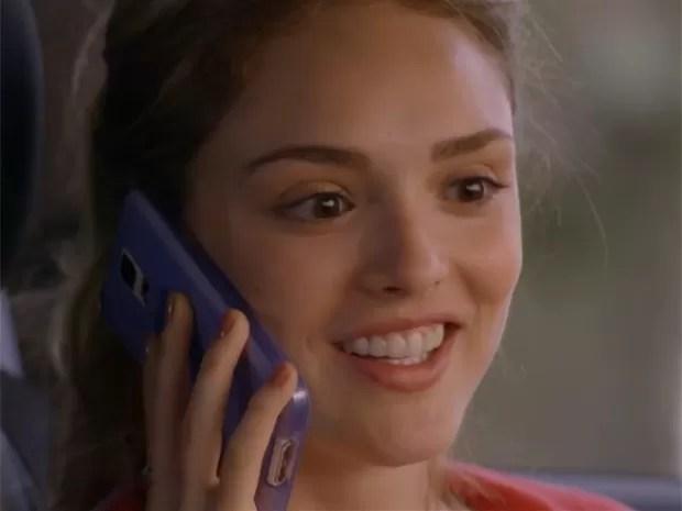 Júlia recebe ligação inesperada de Pedro (Foto: TV Globo)