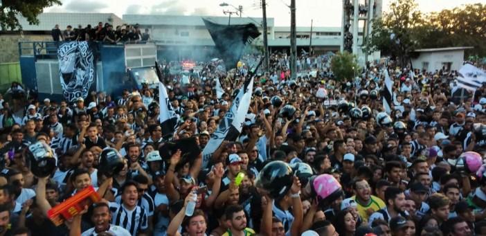 Desde cedo, torcedores alvinegros foram chegando ao entorno do antigo aeroporto, na Capital cearense (Foto: Juscelino Filho)