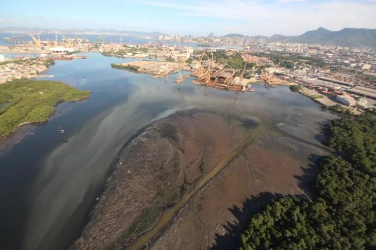 Canal do Fundão, que recebe esgoto e resíduos sólidos — Foto: Mário Moscatelli/ Projeto Olho Verde