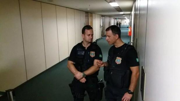 Policiais federais obstruem corredor da Câmara que dá acesso ao gabinete do deputado Ezequiel Fonseca (PP-MT), alvo de mandado de busca (Foto: Vinícius Cassela, G1)
