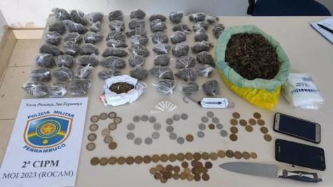 Mulher é presa nesta quarta-feira (26) por tráfico de drogas em Cabrobó — Foto: Polícia Militar