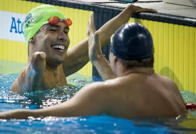 Daniel Dias e Clodoaldo Silva após a prova dos 50m livre S5 em Toronto (Foto: Jonne Roriz/MPIX/CPB)