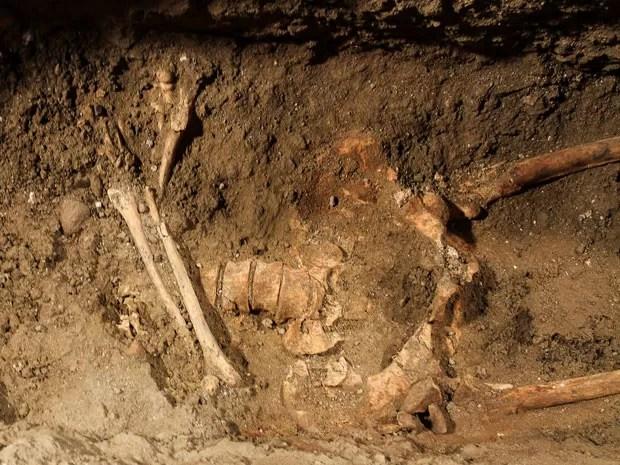 Esqueleto encontrado em convento de Florença, na Itália, que pode ser da suposta modelo que posou para Leonardo da Vinci durante a produção da Mona Lisa. (Foto: Claudio Giovanninni/AFP)