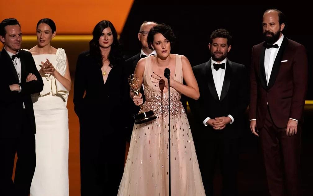 O elenco e produtores de 'Fleabag' recebem o prêmio de melhor série de comédia no 71º Emmy, no Microsoft Theatre, em Los Angeles, no domingo (22) — Foto: Reuters/Mike Blake