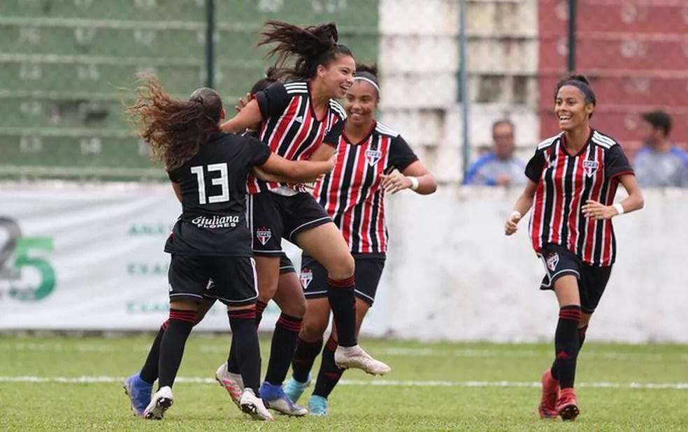 São Paulo comemora vitória sobre o Santos no Brasileirão Sub-18 — Foto: Rubens Chiri/saopaulofc.net