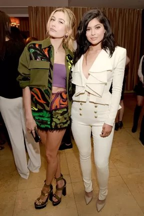 Hailey Baldwin e Kylie Jenner em evento em Los Angeles, nos Estados Unidos (Foto: Jason Kempin/ Getty Images/ AFP)