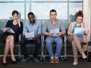 Pessoas aguardam serem chamadas para entrevista de emprego. Acertar no visual pode ser decisivo na escolha do candidato (Foto: Richard Lewisohn/AFP)