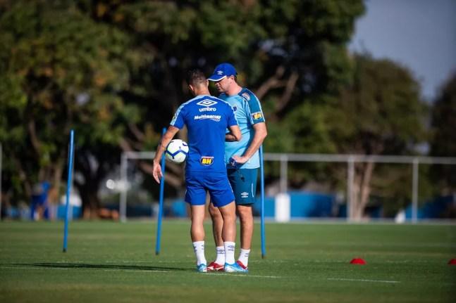 Thiago Neves e Rogério Ceni conversam durante treino do Cruzeiro — Foto: Vinnicius Silva / Cruzeiro