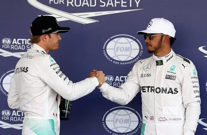 Nico Rosberg e Lewis Hamilton se cumprimentam após treino classificatório no México (Foto: Getty Images)