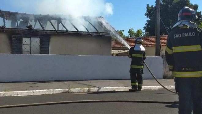 Fogo foi controlado pelo Corpo de Bombeiros de Olímpia — Foto: Blog Daniel Contrera