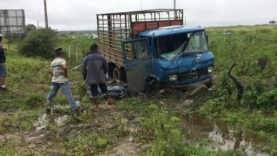 Caminhoneiro saiu da rodovia e colidiu contra uma cerca após perseguição (Foto: Anderson Melo/TV Asa Branca)