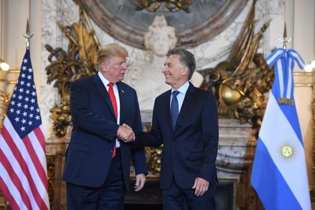 Presidente dos Estados Unidos, Donald Trump, é recebido pelo presidente da Argentina, Mauricio Macri, na Casa Rosada, em Buenos Aires, nesta sexta-feira (30)  — Foto: Saul Loeb / AFP