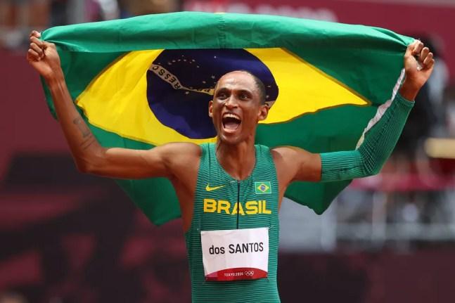 Alison dos Santos vibra com o bronze em Tóquio — Foto: Abbie Parr/Getty Images