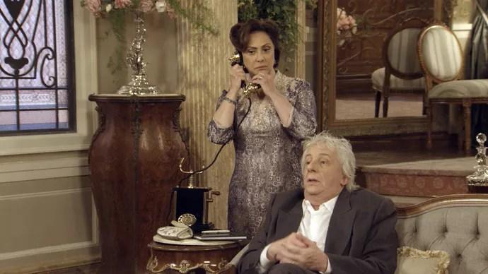 Anastácia atende Sandra ao telefone: pedido de resgate (Foto: TV Globo)