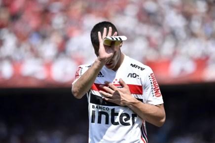 Antony se lamenta ao ser expulso contra o Grêmio — Foto: Marcos Ribolli