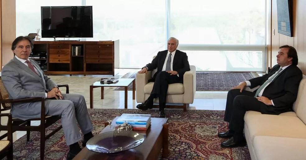 Da esquerda para a direita: O presidente do Senado, Eunício Oliveira; o presidente da República, Michel Temer; e o presidente da Câmara, Rodrigo Maia (Foto: Marcos Corrêa/PR)