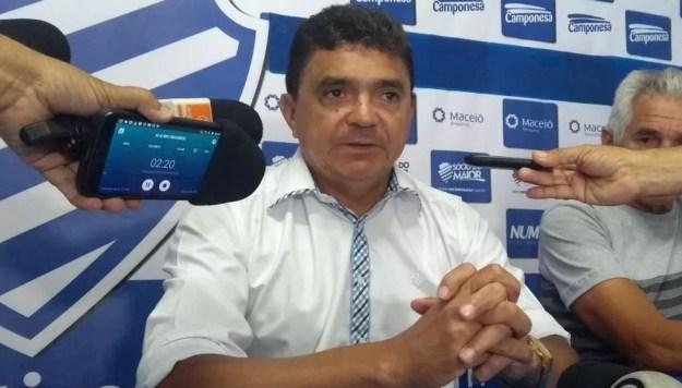 Técnico do CSA, Flávio Araújo está impressionado com o apoio da torcida, mas prega pé no chão entre os jogadores (Foto: Raissa Matias/GloboEsporte.com)