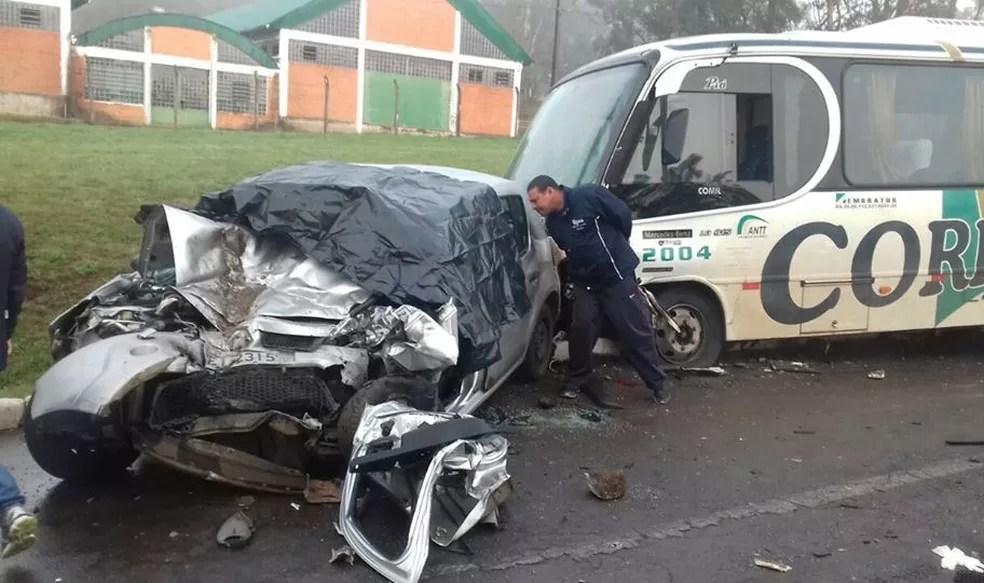 Carro colidiu contra micro-ônibus na BR-386, em Soledade. Uma mulher morreu no local e o motorista do veículo ficou gravemente ferido (Foto: Adroaldo Müller/Rádio Soledade)