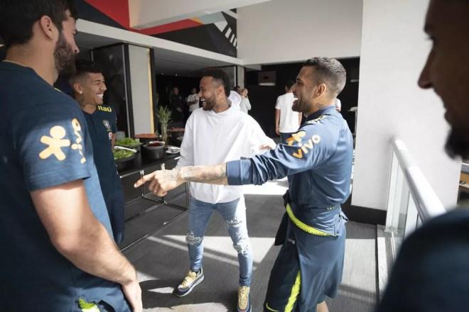 Neymar brinca com os jogadores da Seleção — Foto: Lucas Figueiredo/CBF