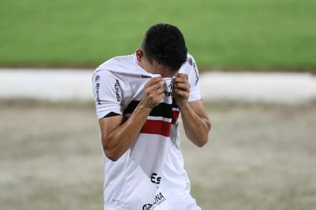 Jogador do Santa Cruz chora após derrota na Série C — Foto: Marlon Costa/Pernambuco Press
