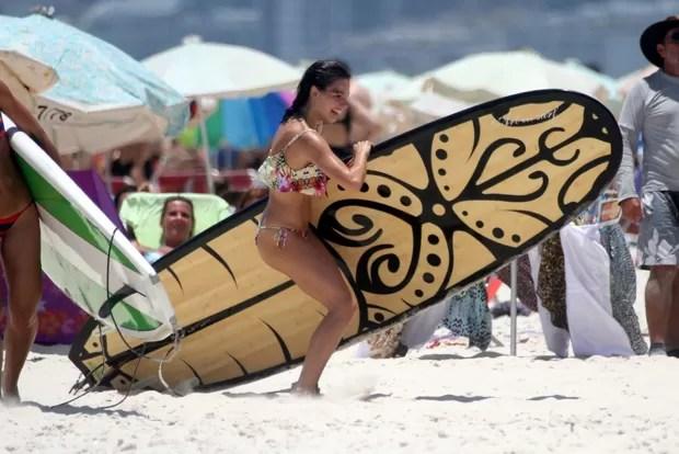 Isis Valverde na praia (Foto: Marcos Ferreira / photo rio news)