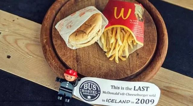 Hambúrguer está exposto em um hostel da capital islandesa Reykjavik (Foto: Reprodução)