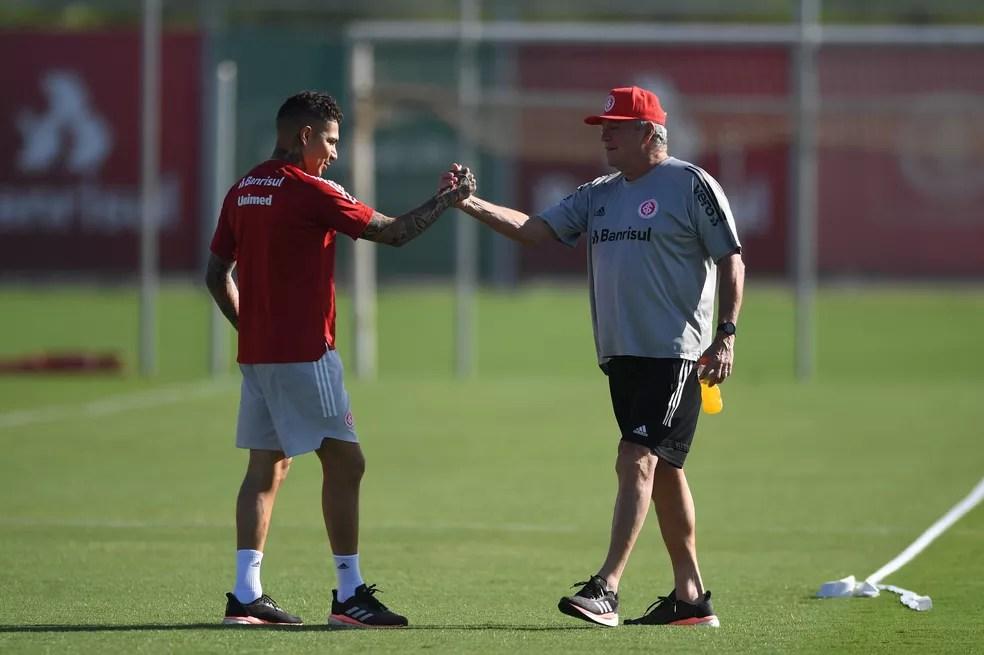 Abel cumprimenta Guerrero, que já está fora da temporada por lesão no joelho — Foto: Ricardo Duarte/Divulgação, Inter