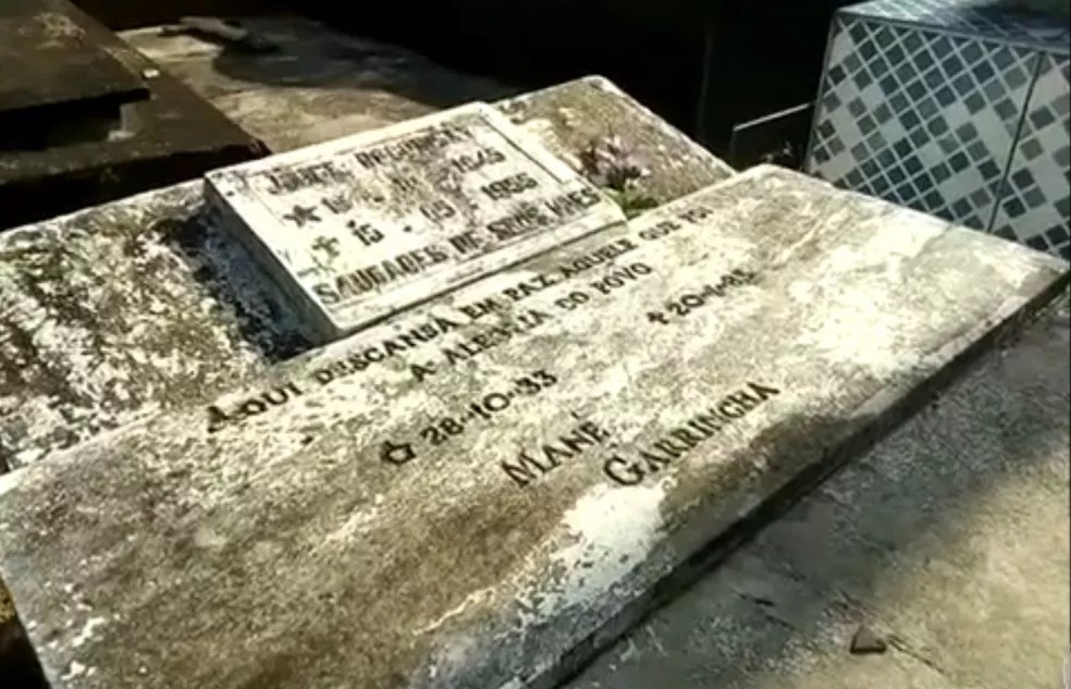 Uma das sepulturas onde pode estar o corpo de Garrincha (Foto: Reprodução/TV Globo)