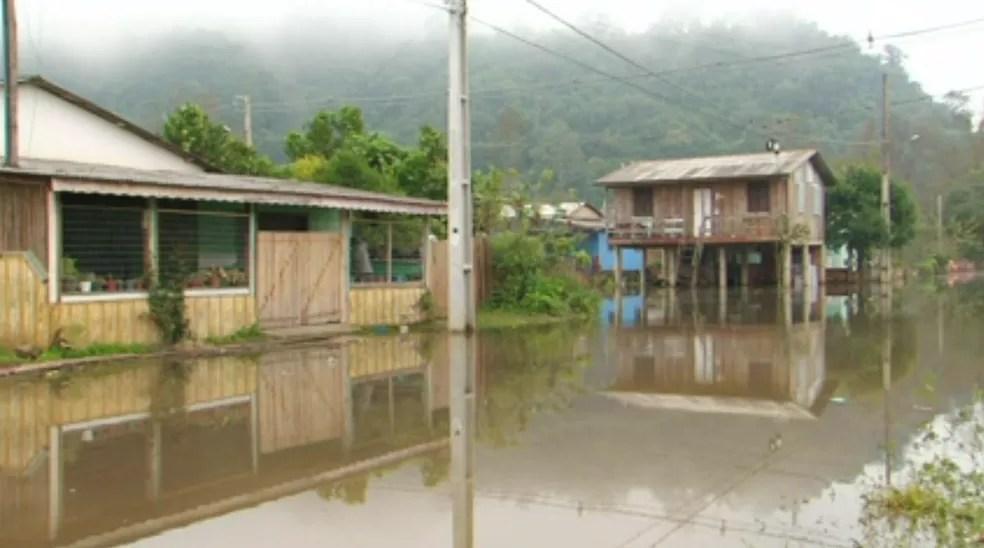 Conforme a defesa, 15 famílias que vivem em áreas de risco tiveram que deixar os locais onde moram — Foto: Reprodução/RPC