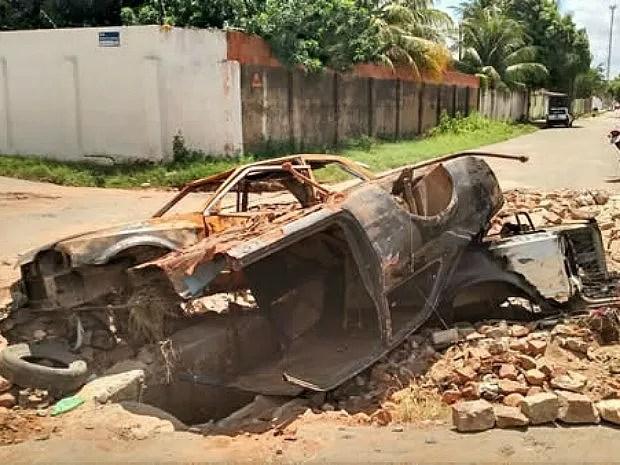 Prefeitura havia prometido retirar veículo sobre buraco em cruzamento (Foto: Agência Miséria)