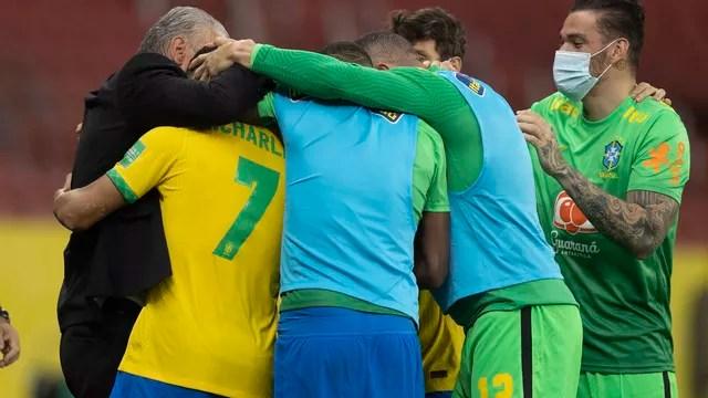 Jogadores do Brasil abraçam Tite após gol de Richarlison contra o Equador
