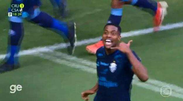 Iury imita um telefone na comemoração do gol da virada do CSA contra o Cruzeiro — Foto: Reprodução TV Globo