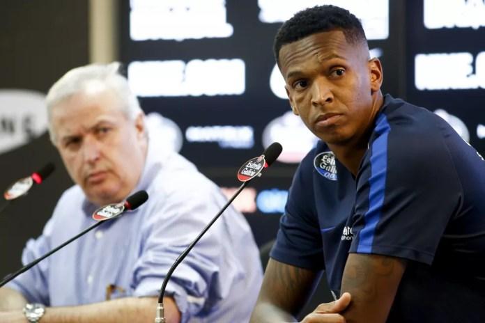 Jô concedeu entrevista ao lado do presidente do Corinthians, Roberto de Andrade, após reunião com organizada (Foto: Marco Galvão/Estadão Conteúdo)