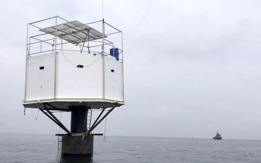O casal questiona o argumento das autoridades tailandesas de que a estrutura foi construída em águas do país — Foto: BBC/Marinha da Tailândia