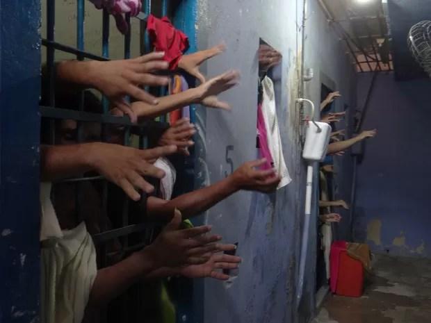 Presos ficam amontoados em celas (Foto: Carolina Sanches/G1)
