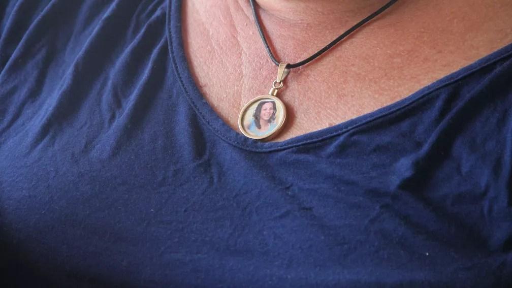 Mãe de Rebeca Cristina guarda foto da filha em um colar — Foto: Dani Fechine/G1