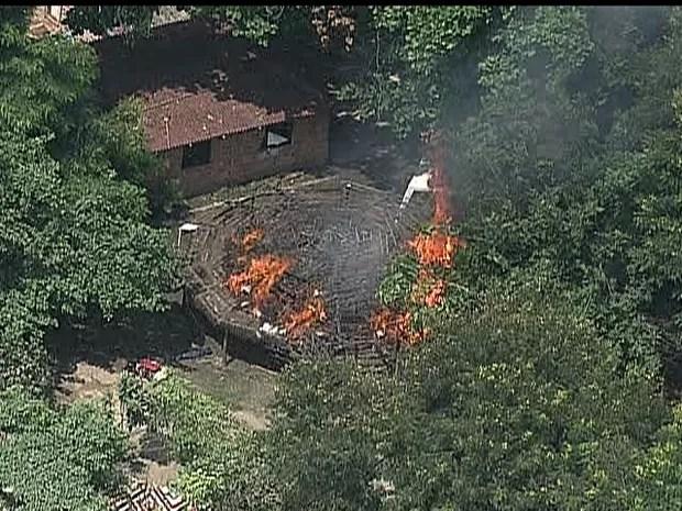 Índios colocam fogo em oca que fica no terreno do antigo Museu do Índio. (Foto: Reprodução / TV Globo)