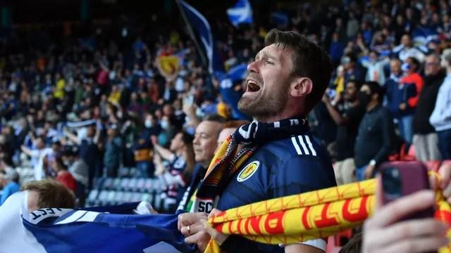Torcedor da Escócia tenta incentivar o time contra a República Tcheca