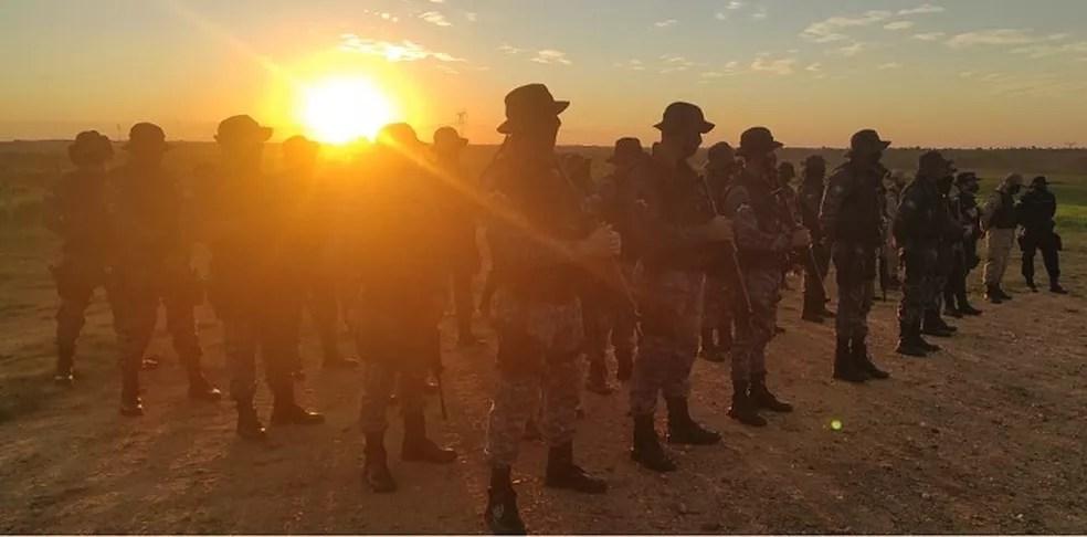 Polícia Militar em fazenda invadida em Chupinguaia  — Foto: P5 do 3º BPM/Divulgação