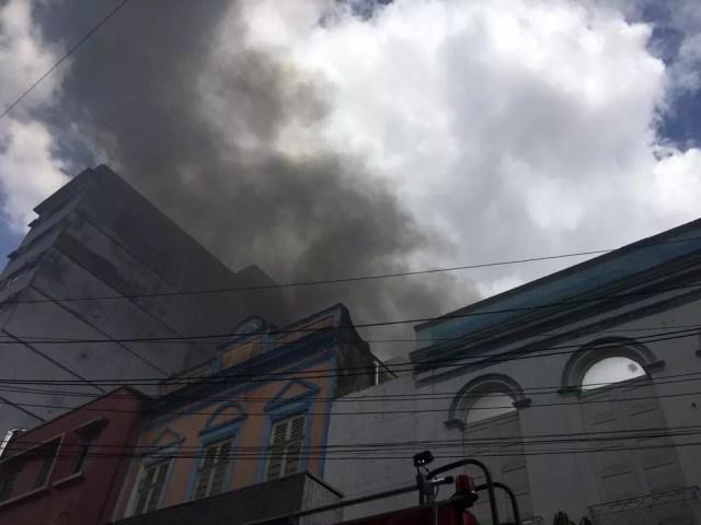 Bombeiros atuam no combate às chamas. — Foto: Amanda Bulcão/Rede Amazônica