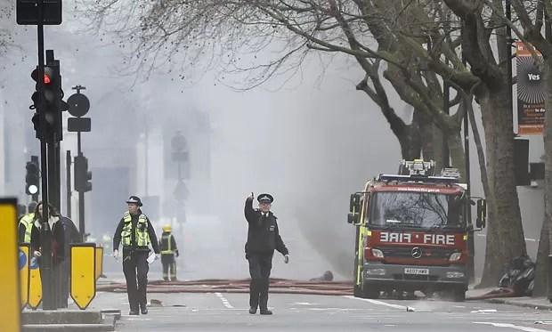 Bombeiros combatem fogo causado por incêndio em sistema elétrico nesta quarta-feira (1º) no centro de Londres (Foto: Kirsty Wigglesworth/AP)