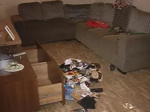 Assaltantes reviraram toda a casa do funcionário da chácara (Foto: Reprodução/TV TEM)