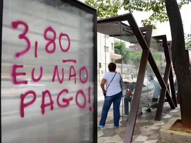 Pichações e cartazes espalhados pela Avenida Paulista, em São Paulo, em protesto contra o aumento das tarifas de ônibus e metrô da capital paulista, que devem passar de R$ 3,50 para R$3,80 a partir do próxima dia 9 de janeiro (Foto: J. Duran Machfee/Estadão Conteúdo)
