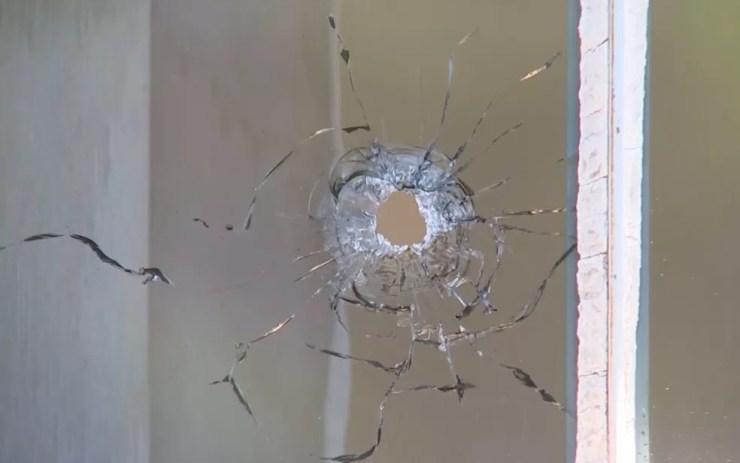 Tiro atingiu a janela da casa de vereador em Birigui (Foto: Reprodução/TV TEM)