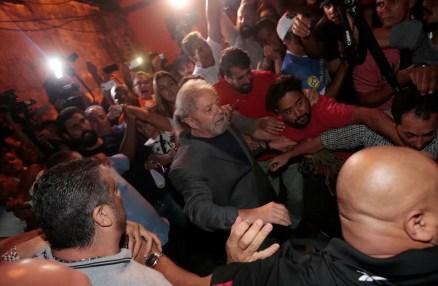 Momento em que o ex-presidente Lula deixou o Sindicato dos Metalúrgicos do ABC para se entregar à PF (Foto: Leonardo Benassatto/Reuters - 07/04/2018)